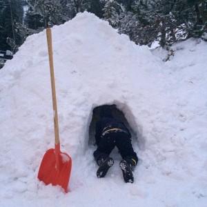 Luciano Huck constrói iglu para seus filhos em estação de esqui francesa