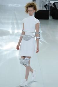 Chanel desfila alta-costura com os acessórios para chamar de incríveis