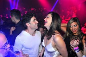 Claudia Raia cai na balada com o namorado em Floripa. Aos cliques!