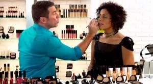 Marcos Costa e a cantora Márcia Castro em bate-papo sobre maquiagem