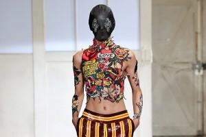 Direto de Paris: tatuagens no corpo e nas roupas voltam a ser mania entre estilistas