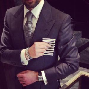 Passo a passo: Murilo Lomas mostra como dobrar lenços masculinos