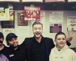 """Timberlake comemora o People's Choice com a """"turma do fundão"""""""