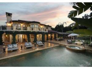 """Khloe Kardashian vende mansão milionária para estrela da série """"Big Bang Theory"""""""