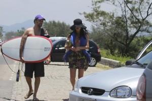 Grávida de cinco meses, Alinne Moraes curte praia com Mauro Lima