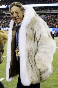 Ex-jogador Joe Namath provoca a ira do Peta após vestir casaco de pele