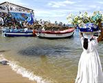 Iemanjá recebe flores e oferendas no Rio Vermelho em Salvador