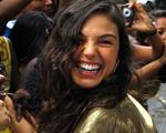 Pós-inferno astral, Isis Valverde ganha festa surpresa de aniversário