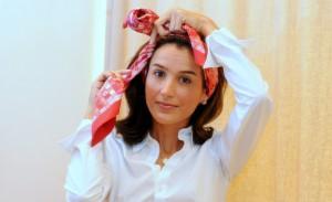 Joana Nolasco ensina amarrações de lenço. Vem!