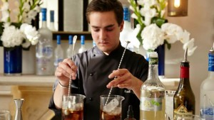 "Bartender do ""melhor bar do mundo"" revela receitas exclusivas de drinks"