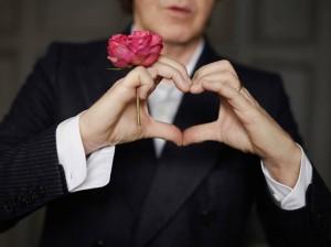 Glamurettes e famosos prestam suas homenagens ao Valentine's Day