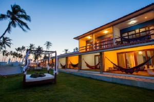 Viva a vida em ritmo baiano em uma linda pousada na praia de Arembepe