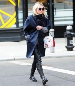 Spotted: Dakota Fanning usa a nova 'it bag' da Prada em Nova York