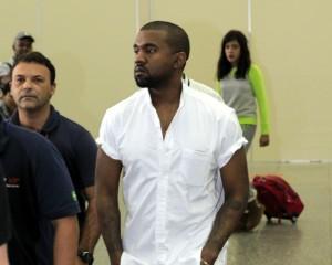 Sem Kim Kardashian, Kanye West desembarca no Rio para dia de folia