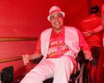 Tiago Abravanel chega de cadeira de rodas a camarote. Saiba o motivo