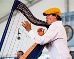 Plateia de glamurettes aplaude harpista de pé no Música em Trancoso