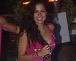 Nanda Costa curte o Carnaval de Salvador com os pés na areia