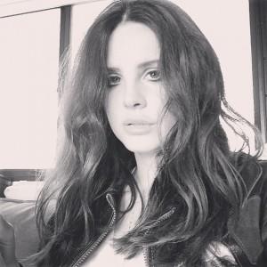 Lana Del Rey aparece com quilinhos a mais em gravação de novo clipe