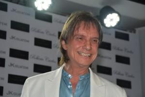 Roberto Carlos lança livro para colecionadores com a presença de famosos