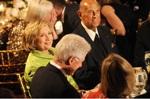 Casal Clinton agradece Oscar de la Renta por lições de moda. Entenda