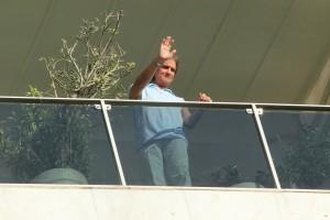 Tradição: Roberto Carlos recebe fãs na porta de casa no dia do aniversário
