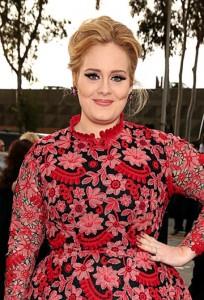 Adele abre o cofrinho e gasta quase R$ 60 mil em brinquedo para o filho