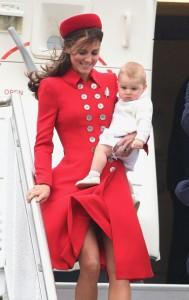 Kate Middleton é traída pelo vento em chegada a Nova Zelândia. Ao flagra!
