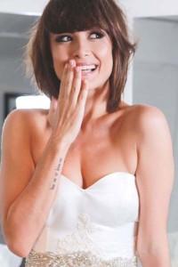 Maria Casadevall desfila para marca especializada em vestidos de noivas