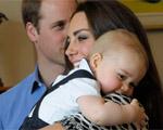 Pequeno George se diverte em passeio com Kate e William. Play!