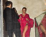 Kate Moss faz pose e mostra calcinha nas escadarias de Dinho Diniz