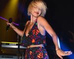 Rita Ora usa look de certa marca brasileira para show em NY. Qual?