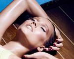 Toni Garrn estrela campanha quente de verão da Nars