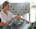Candice Swanepoel visita estande do apê que comprou em terras brasileiras