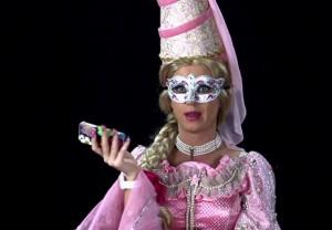 Novo clipe de Katy Perry é pura fantasia. Relembre os figurinos ousados da cantora