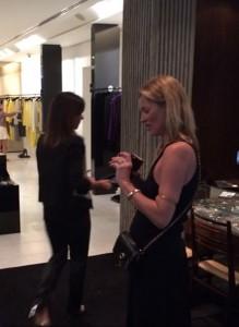 Duas supermodels e um estilista italiano fazem compras em SP