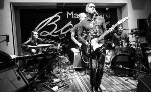 Dado Villa-Lobos relembra clássicos em show no Baretto em SP
