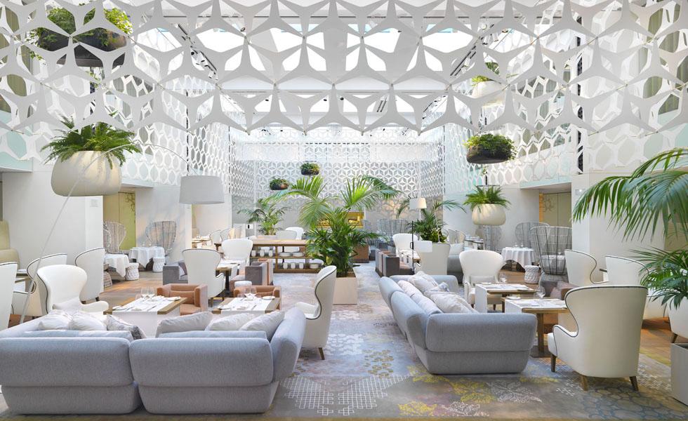 Barcelona - um dos hotéis mais charmosos da Espanha, o Mandarin Oriental em Barcelona tem um lobby com decoração moderna e mobiliário todo branco
