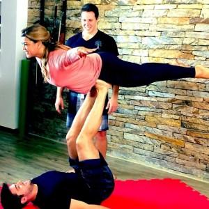 Preta Gil pratica Acroyoga com o namorado para programa de Grazi Massafera