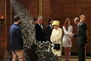 "Elizabeth II visita set de filmagens de ""Game of Thrones"", mas não paga de realeza"