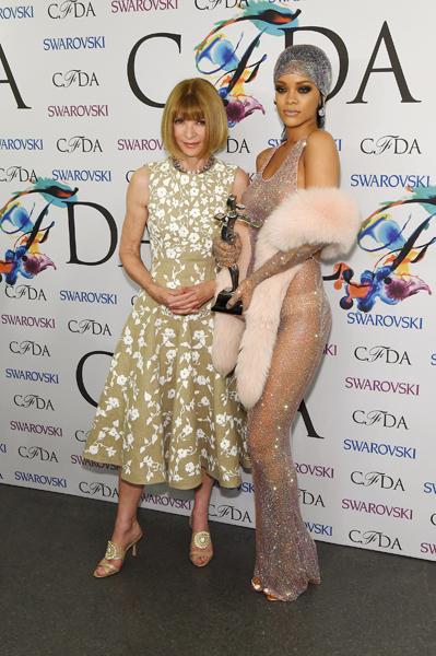 Anna Wintour pareceu um pouco constrangida ao lado de Rihanna