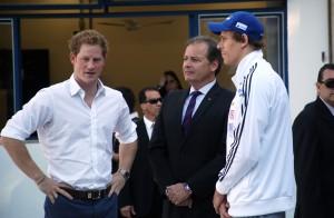 Príncipe Harry segue pelo Brasil, agora com encontro com César Cielo