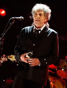 Manuscrito de Bob Dylan bate recorde em leilão e vence Lennon