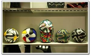 Estilistas brasileiros customizam bola da Copa para leilão em prol de ONG