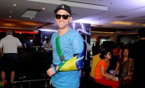 De braço machucado, Paulo Gustavo improvisa tipoia com bandeira do Brasil