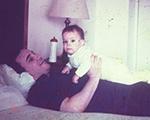João Gilberto em imagem rara, com a filha Bebel no colo. Olha só!