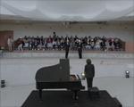 Pianista toca em piscina vazia no Thermes Marins em Mônaco. Play!