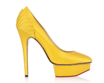 O toque de cor nos pés da designer Charlotte Dellal. Iluminação direta!