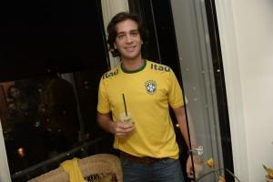 Gabriel Kairalla comemora a vitória do Brasil com frozen Jose Cuervo