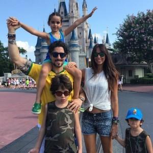 Marcos Mion volta a ser criança e comemora aniversário na Disney