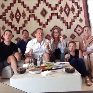 Tom Hanks assiste ao jogo dos EUA X Bélgica em família. Ao registro